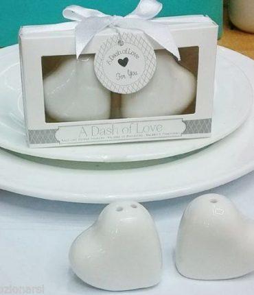 Sale e pepe a forma di cuori in porcellana bianca