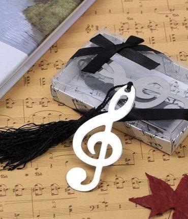Elegante segnalibro a forma di nota musicale presentato in confezione con coperchio trasparente in pvc e fiocco di colore nero. La nota musicale è decorata con una nappina di colore nero.